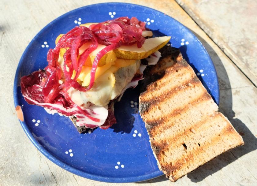 Burger mit Balsamicozwiebeln Weinkäse und Birne2